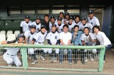 青島製作所野球部のメンバーと記念撮影(C)TBS