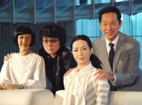 (後列左から)開発者の石黒浩氏、毛利衛館長 (C)ORICON NewS inc.
