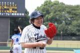 """元""""83歳の女子高生野球部員""""上中別府チエさんが始球式に登板"""