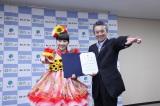 地元・静岡県浜松市の親善大使に就任したももいろクローバーZ・百田夏菜子(左)