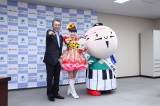 地元・静岡県浜松市の親善大使に就任した(左から)鈴木康友浜松市長、ももいろクローバーZ・百田夏菜子、浜松市マスコットキャラクター「出世大名家康くん」