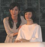 『アンドロイド----人間って、なんだ?』のプレス内覧会に登場した中田有紀と「コドモロイド」。(C)De-View