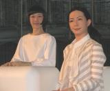 この日お披露目されたアンドロイド。未来館のアナウンサー役になる「コドモロイド」(左)と、科学コミュニケーターをつとめる「オトナロイド」。(C)De-View
