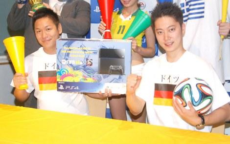 『FIFA 14』の公式特番『PS4「FIFA14」でワールドカップ ごっこ!』放送前に取材に応じたはんにゃ(左から)川島章良、金田哲 (C)ORICON NewS inc.