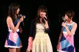 メンバーと談笑(左から中村麻里子、入山杏奈、高橋みなみ)(C)AKS