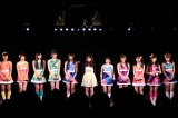 AKB48チームAの劇場公演に入山杏奈(中央)が登場 (C)AKS