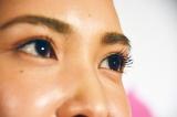 メニコンのサークルレンズ『2WEEKメニコン Rei』 (左目に着用)花びら型の微粒子「フラワードット」により自然な色合いで瞳をボリュームアップ (C)oricon ME inc.