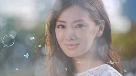 サムネイル 『シード 1dayPureうるおいプラス』の新CM「Made in Nippon」篇で、キラキラと輝く笑顔をみせる、北川景子