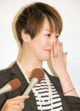 涙を拭いながらの会見 (C)ORICON NewS inc.