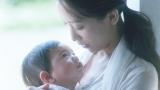 赤ん坊を抱っこする母親役の杏
