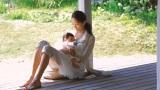 赤ん坊を抱っこする母親役の杏=淀川製鋼所『ヨド物置』新CMメイキングカット