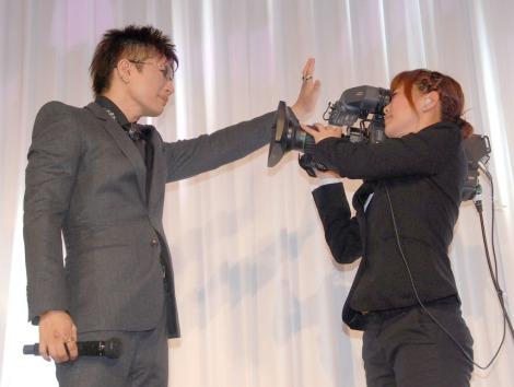 """女性カメラマンに""""壁ドン""""するGACKT=『GACKT's 41st BIRTHDAY&15th ANNIVERSARY』 (C)ORICON NewS inc."""
