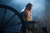 16歳の誕生日を迎えたオーロラ姫に危機が迫る…! 映画『マレフィセント』(C) 2014 Disney Enterprises, Inc. All rights reserved.