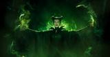 """オーロラ姫の誕生を祝うパーティーに現れた""""招かれざる客""""マレフィセントが恐ろしい呪いをかける。映画『マレフィセント』場面写真(C) 2014 Disney Enterprises, Inc. All rights reserved."""