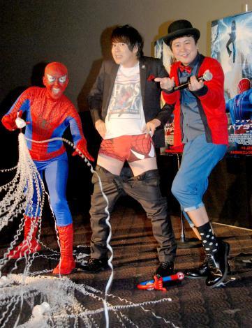 映画『アメイジングスパイダーマン2』トークイベントに出席した(左から)スパイダーマン姿の岡本夏生、ウーマンラッシュアワーの村本大輔、中川パラダイス (C)ORICON NewS inc.