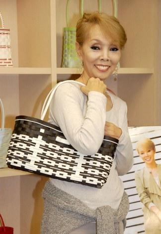 お手製のバッグをみせる研ナオコ=KADOKAWA『研ナオコの紙バンドで作るおでかけバッグ』発売記念ワークショプ (C)ORICON NewS inc.