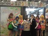 仏パリで開催された『JAPAN EXPO2014』=「PIKA」ブースでは新作ミュージカル『美少女戦士セーラームーン−プチテトランジェール−』のポスターにセーラー戦士とタキシード仮面がサインし、記念撮影をパチリ