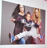 写真展『Glamorous Mama グラマラス・ママ〜美しき12人の愛のかたち〜』で子供との同伴ショットを披露(土屋アンナの母、長男、土屋アンナ) (C)ORICON DD inc.