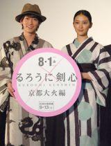 武井咲(右)の浴衣をいじった佐藤健(左) (C)ORICON NewS inc.