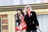 HKT48のツアーファイナルで共演した(左から)指原莉乃と内田裕也 (C)AKS
