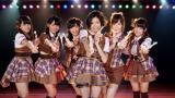 まりり(中央)とAKBメンバー(左から)大和田南那、小嶋真子、渡辺麻友、島崎遥香、川栄李奈
