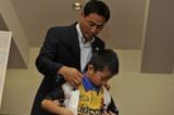 『マツダオールスターゲーム2014』第2戦の試合前に行われた、「ドリームキッズチャレンジ」で選ばれた子どもたちと前田智徳氏の触れ合いの様子