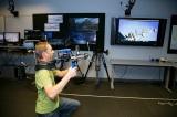 実際のカメラを動かして特殊なCG撮影(キャプチャー・ステージ)を説明するジャスティン・ウォーカー氏