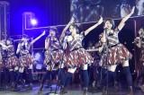 大島優子から「ヘビーローテーション」の後継センターに指名された向井地美音(C)AKS