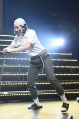 AKB48全国ツアー和歌山公演でおじいちゃん役を演じた峯岸みなみ(C)AKS
