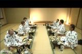 早くも酒を飲みつつ待っている志村と合流し、村の会の大宴会がスタート!(C)TBS