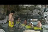 8月20放送『6人の村人!全員集合』温泉を楽しむ村人たち(C)TBS