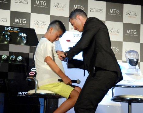 子どものTシャツにサインするクリスティアーノ・ロナウド=美容器メーカー『MTG』PRイベント (C)ORICON NewS inc.