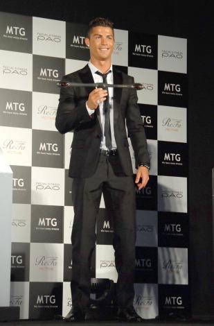 黒のスーツ姿で登壇したクリスティアーノ・ロナウド=美容器メーカー『MTG』PRイベント (C)ORICON NewS inc.