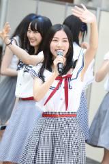 地元名古屋の円頓寺商店街でサプライズライブを行ったSKE48の松井珠理奈(C)AKS