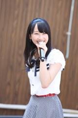 地元名古屋の円頓寺商店街でサプライズライブを行ったSKE48の松井玲奈(C)AKS