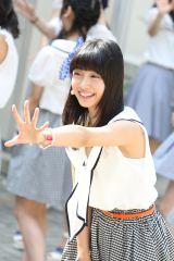 地元名古屋の円頓寺商店街でサプライズライブを行ったSKE48の柴田阿弥(C)AKS