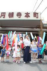 円頓寺商店街の七夕祭りオープニングイベントに参加したSKE48の宮澤佐江(左)と古畑奈和(C)AKS