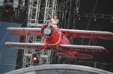 「LIVE FLIGHT」のタイトルにちなみ、飛行機やワイヤーで横浜スタジアムを飛び回った水樹奈々(写真:上飯坂 一)