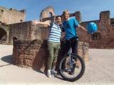 林マヤはドイツで古城の城壁で危険一輪車パフォーマンスを挑む青年に説教するが…(C)テレビ東京