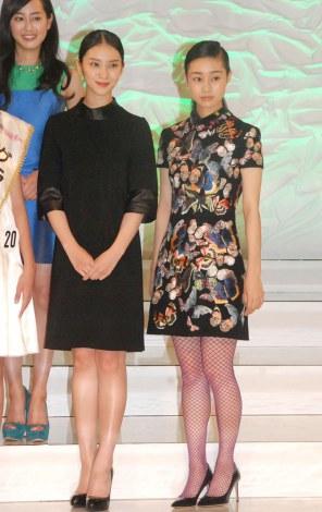 『全日本国民的美少女コンテスト』にOGとして登壇した(左から)武井咲、忽那汐里 (C)ORICON NewS inc.