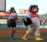 (左から)川口春奈、つば九郎=プロ野球「ヤクルト対阪神」 (C)ORICON NewS inc.