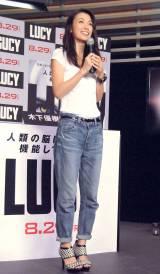 映画の主人公をイメージしたシンプルな衣装で登場した木下優樹菜=映画『LUCY/ルーシー』公開記念イベント