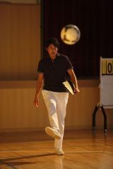 体育教師役を演じるサッカー日本代表・内田篤人選手(May J.の新曲「本当の恋」MVより)