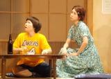 舞台『君となら』フォトコールの模様(左から:イモトアヤコ、竹内結子) (C)ORICON NewS inc.