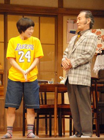 舞台『君となら』フォトコールの模様(左から:イモトアヤコ、小林勝也) (C)ORICON NewS inc.
