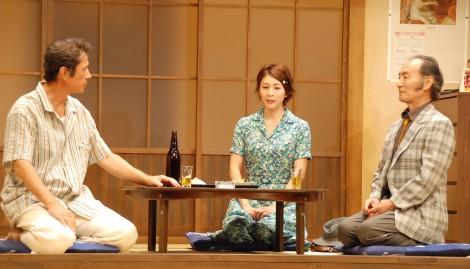 舞台『君となら』フォトコールの模様(左から:草刈正雄、竹内結子、小林勝也) (C)ORICON NewS inc.