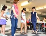 小学生夏休み自由研究向け教室『見たい! 知りたい! 目のかがく教室』目隠しをしてまっすぐに歩けるかの実験 (C)oricon ME inc.
