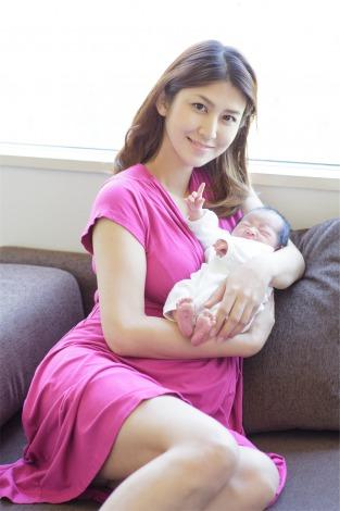 サムネイル 第1子女児を出産した伊達あい