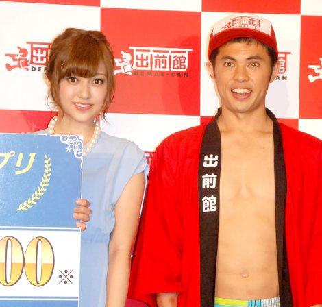 小島よしお(右)から1発ギャグを伝授された菊地亜美=『第2回デリメングランプリ』授賞式 (C)ORICON NewS inc.