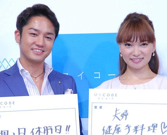 夫婦でツーショット(左から)小崎陽一氏、保田圭 (C)ORICON NewS inc.